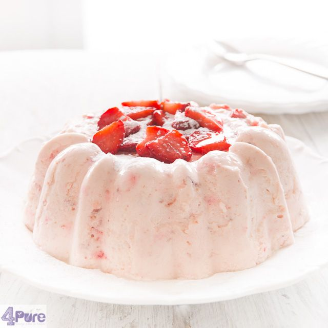 This recipe for strawberry bavarois with fresh strawberries is a delicious spring dessert. Quick and simple to make with a big effect. Try yourself!