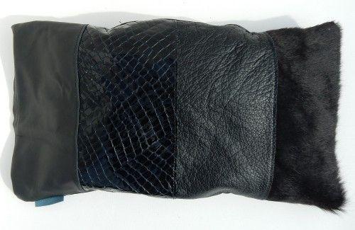 Lederen home kussen zwart.  Zwart rundleer met haar, grof structuur, lakleer. Achterkant stof.