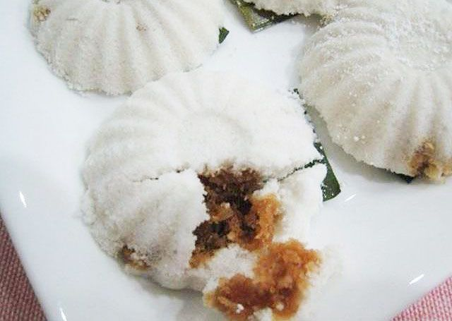 Ingredients 2 cups of rice flour ¾ tsp salt 1 tsp fine sugar 150ml hot water Pandan leaves, cut into squares Sweet coconut filling:...