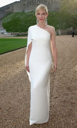 Um ombro só: Cate Blanchett com vestido branco tomara que caia no jantar do The Royal Marsden, na Inglaterra Leia mais Getty Images - Moda - UOL Mulher
