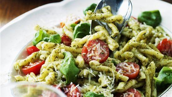 Blanda pastan med peston och smaka eventuellt av mes lite salt och peppar. Garnera med tomater, parmesan och basilika.
