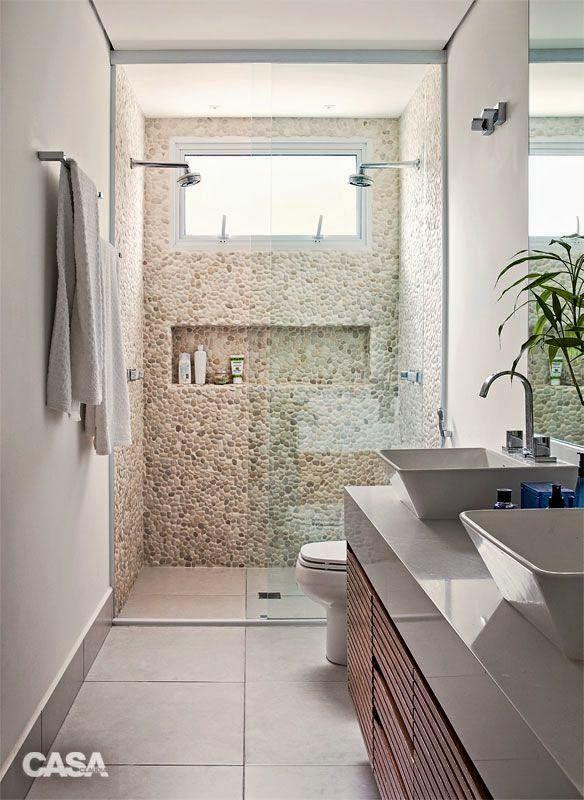 Banheiro simples. Balcão e pia funcionais. Pastilhas no lugar das pedras.