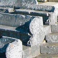 Livio racconta del giuramento nel X libro della sua storia di Roma. È l'anno 293 a.C. e, in un'area quadrata di circa 55 metri per lato, si concentra la tensione di migliaia di guerrieri. Hanno risposto alla chiamata alle armi e ora assistono ai riti propiziatori.  A breve lotteranno per la libertà del Sannio. Fino alla morte. Sono i giorni che precedono la grande battaglia di Aquilonia ed è opinione comune che fu il teatro tempio di Pietrabbondante a ospitare questo episodio fondamentale…