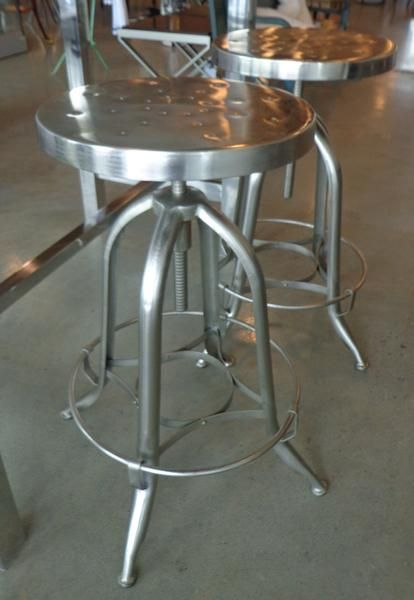Stool in metal ajustable height and swivel #kitchen #stools #bar #metal #seating #decor #galeriem