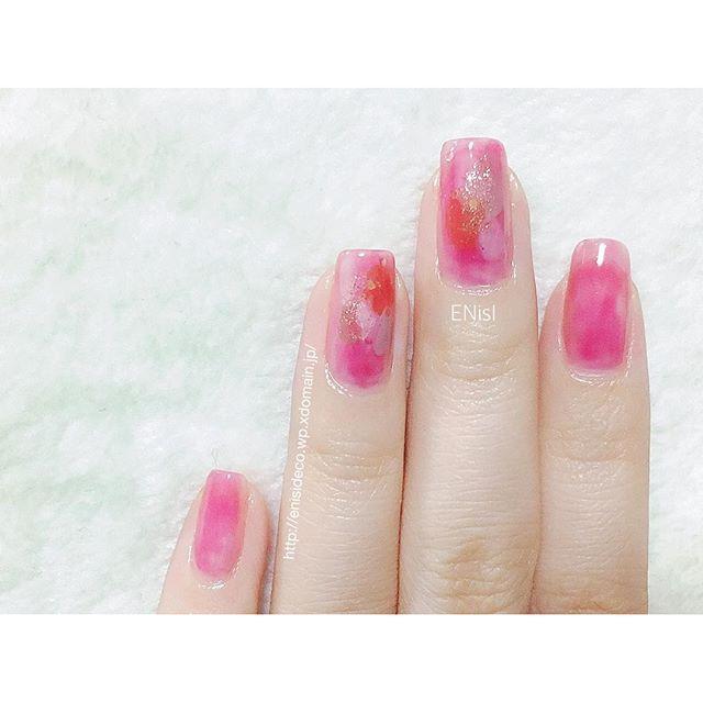 ご無沙汰してました。久々に外に働きに出て、余裕がなくなっております(笑)ネイルも久々♬+「足し算」.ただ色を足していく簡単ネイルベースカラーも、あえてムラが出来るように塗ってます︎キレイに塗る必要がないので、ラクチン♡+#nail #nails #nailart #nailpolish #manicure #fashion #cute #beauty #love #ネイル #ネイルアート #簡単 #マニキュア #ポリッシュ #時短 #ファッション #おしゃれ #セルフネイル #セルフネイル部 #ENisI