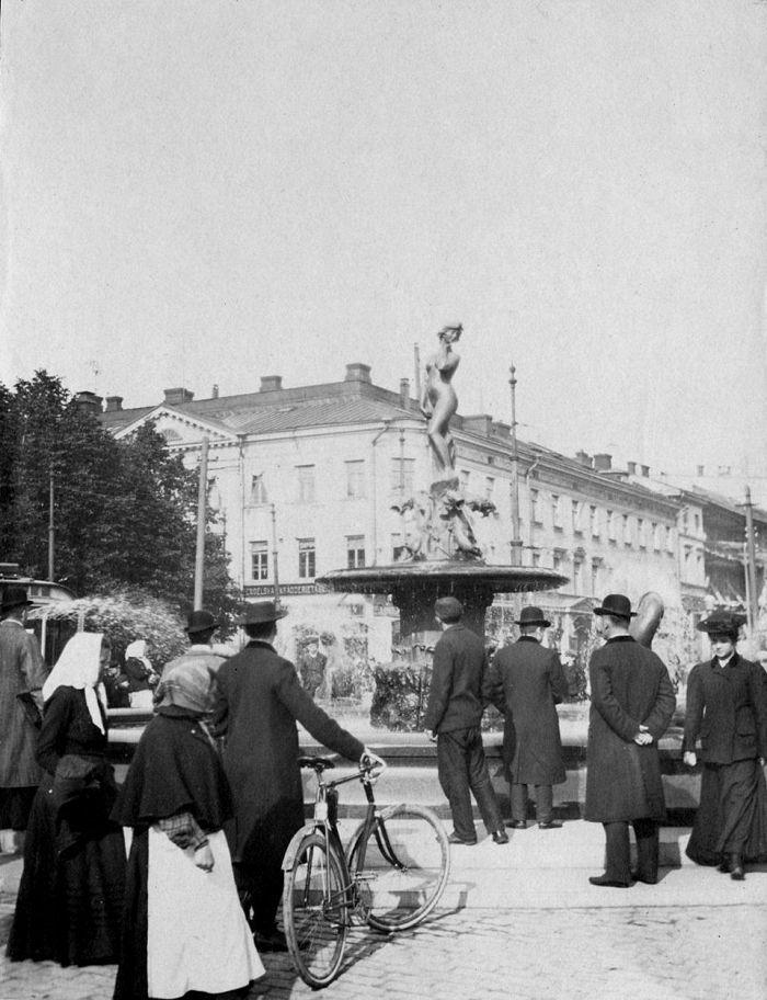 Ville Vallgrenin suihkukaivo, Väinö Hakkila kirjoittaa kuva-albumiinsa.
