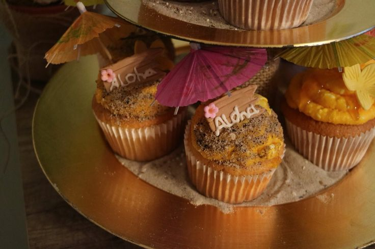 Hawai tiki Party dessert table cupcakes aloha