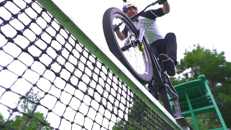 You've never seen tricks like this on a tennis court.   VIDEO 📹 → http://snip.ly/ylsc0?utm_content=buffer79a96&utm_medium=social&utm_source=pinterest.com&utm_campaign=buffer.   #cycling #dannymacaskill #bike #balance #bicycle #skill #Wimbledon #tennis