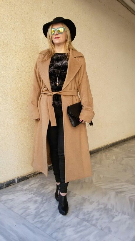 Camel coat over a total black outfit!!Street style!