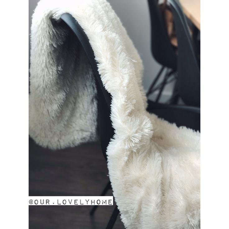 Every seat must be comfortable. ✖️•✖️•✖️•✖️•✖️•✖️•✖️•✖️•✖️•✖️•✖️•✖️•✖️• • • #our #house #home #stoerwonen #zwartwitwonen #binnenkijken #blanket #chair #seat #black #industrieel #industrial #jysk #klarup #white #dining #diningroom #comfortable #actionnederland #action #comfortzone #comfortableliving #relax