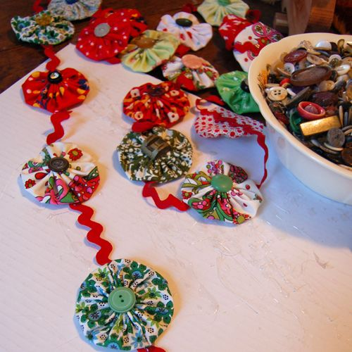 Yo Yo Garland ~~ I know what I'm doing with all those yo-yo's I've been making!!