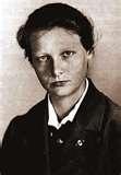 La Dra. Herta Oberheuser realizó experimentos médicos, para simular las heridas de combate de los soldados. Frotaba a los prisioneros con objetos como madera, clavos oxidados, astillas de vidrio, tierra o aserrín en las heridas. Fue condenada a 20 años de cárcel a en el Proceso a los Médicos en Nuremberg, la liberaron a los diez años por buena conducta. Volvió a ejercer como médico de familia en Stocksee. Perdió la licencia en 1958, por una superviviente de Ravensbrück la reconoció.