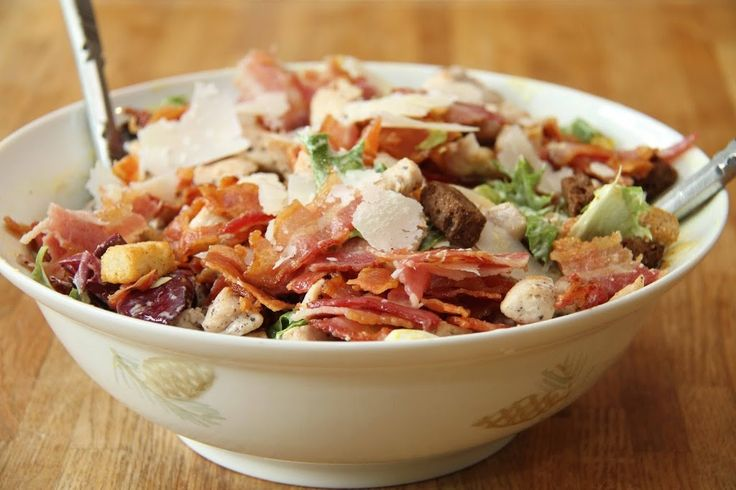 Cæsarsalaten er populær og klassisk, faktisk en av verdens mest spiste salater. Den originale Cæsarsalaten består bare av salat, dressing, parmesan og krutonger. I denne oppskriften har jeg også i egg, sprøstekt bacon og kylling for at salaten skal bli mer mektig. Jeg syntes Cæsarsalat er kjempegodt og den er super å spise til middag …
