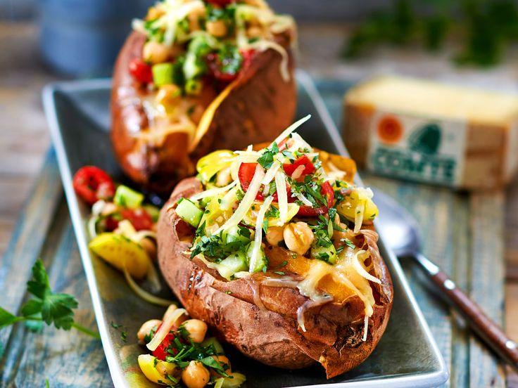 Die leckere Füllung aus Kichererbsen und Käse macht diese Süßkartoffel-Kumpir besonders aromatisch.
