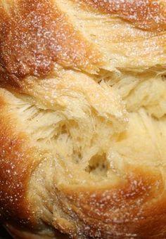 BRIOCHE VENDEENNE EXTRA MOELLEUSE (125 ml de lait, 2 oeufs, 2 c à s d'eau de fleur d'oranger, 2 c à s de crème fraîche épaisse, 1 sachet de levure de boulanger, 500 g de farine T 55, 100 g de sucre, 1 pincée de sel, 75 g de beurre mou coupé en morceaux, 1 gousse de vanille)