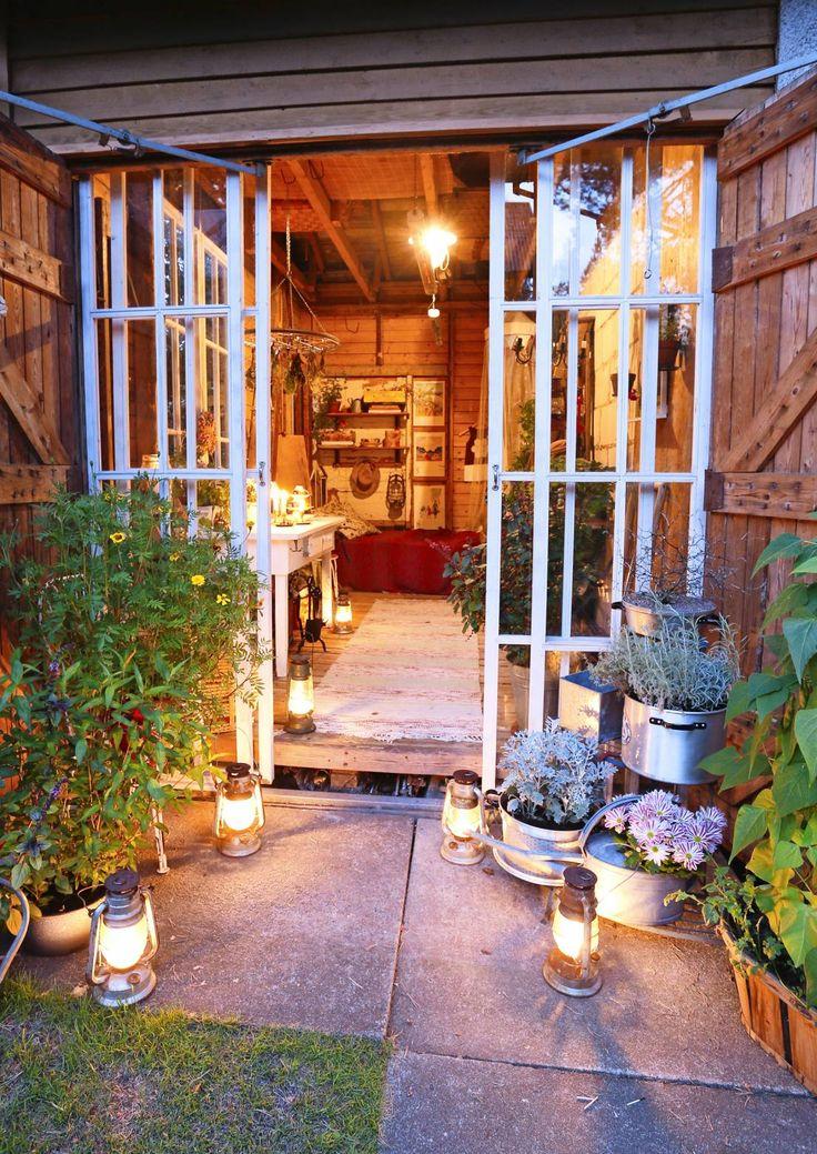 Eipä uskoisi, että tämä suloinen kierrätystavarasta rakennettu puutarhamaja oli aikaisemmin autotalli. Harrastushuone muuttuu tarpeen tullen myös juhlatilaksi.