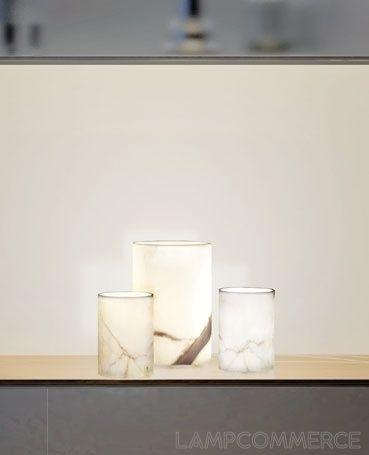 Marma è una lampada da tavolo in marmo di Carrara. Ogni pezzo è unico, con lo spessore medio di 6-7 mm ottenuto dalla lavorazione artigianale dei Maestri di Carrara. Le finiture sono cromate. Disponibile un kit di chiusura superiore in vetro.