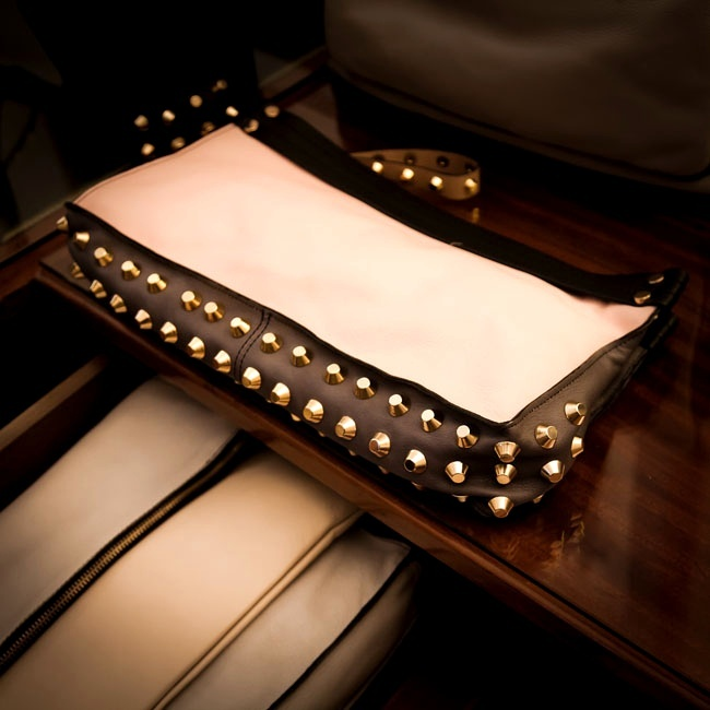 """Room Service con Giancarlo Petriglia (Winner WION 2012)     Due borse che una donna dovrebbe sempre avere nell'armadio…  """"Le mie! E anche una borsa shopping e una clutch""""   Style. it"""