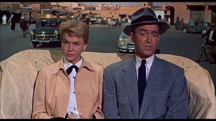 """Filme americano de 1956, dos gêneros suspense e film noir, dirigido por Alfred Hitchcock, e estrelado por James Stewart e Dóris Day, que se passa no Marrocos.  Uma família americana, formada pelo Dr. Benjamin """"Ben"""" McKenna (James Stewart), sua esposa, a popular cantora Josephine Conway """"Jo"""" McKenna (Doris Day) e seu filho Henry """"Hank"""" McKenna (Christopher Olsen), estão de férias em Marrocos.   Em sua viagem de Casablanca para Marrakech, eles conhecem o francês Louis Bernard (Daniel Gélin)…"""