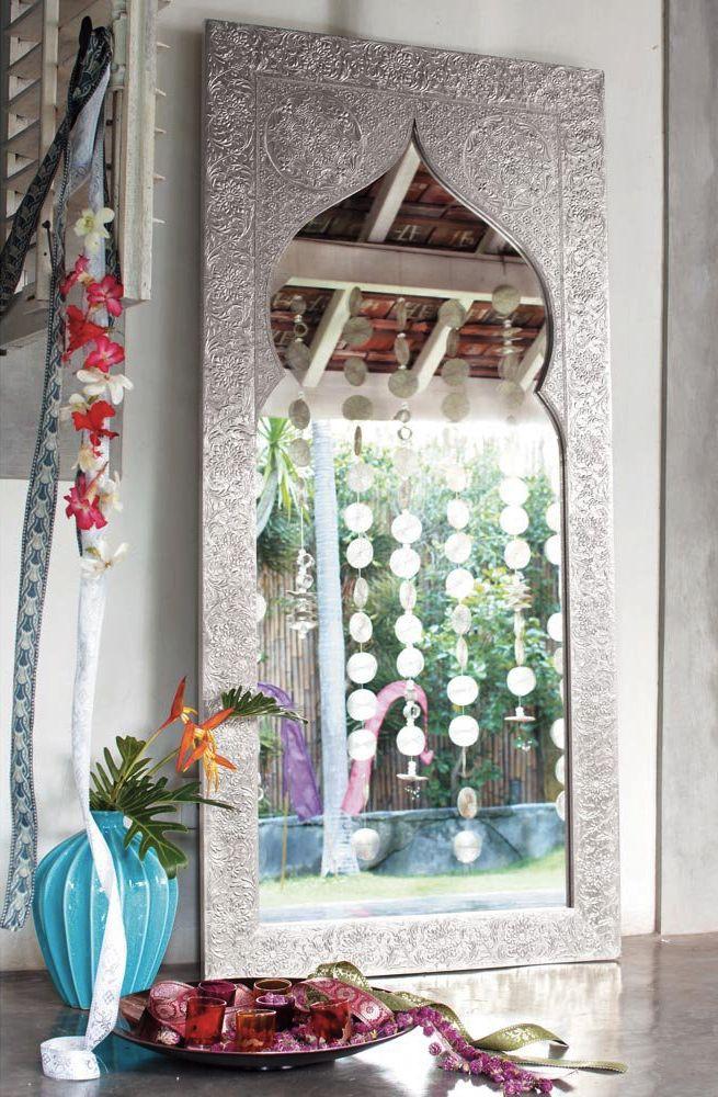 Avec son design en forme de porte indienne, ce miroir en bois recouvert d'aluminium offrira un charme exotique à votre décoration.