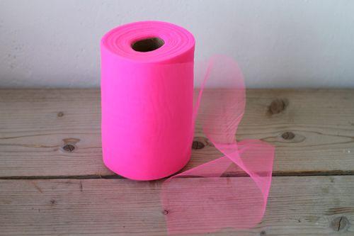 Vel roze tule op rol. 91 meter lang 15 cm breed. Goedkoop en snelle levering. Maak eenvoudig je eigen versieringen en creaties. 20€/ rol