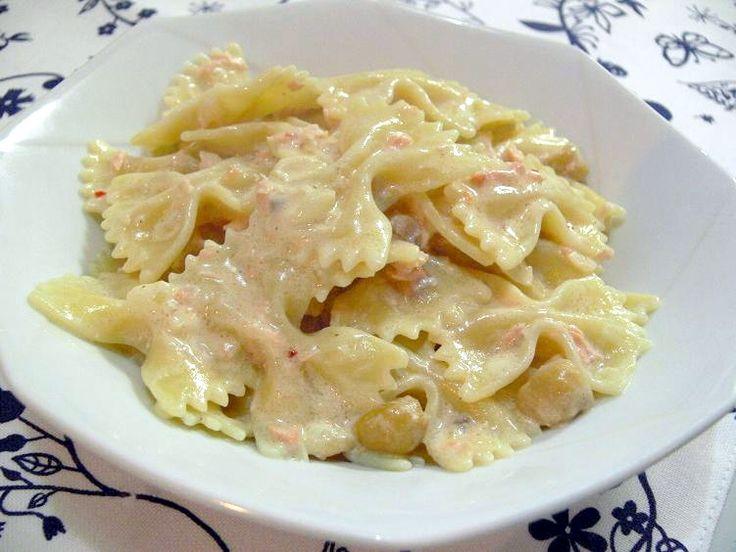 本日のレシピ:ファルファッレのサーモンクリームソースサーモンとクリームってよく合いますよね♪うちでは姫様があまり得意ではないので使いませんが、スモークサーモンを加えるとこれまた美味しくなりますよ。<作り方>材料(2人分)・パスタ:160g・生鮭:1切れ・白ワイン:大匙2・生クリー...