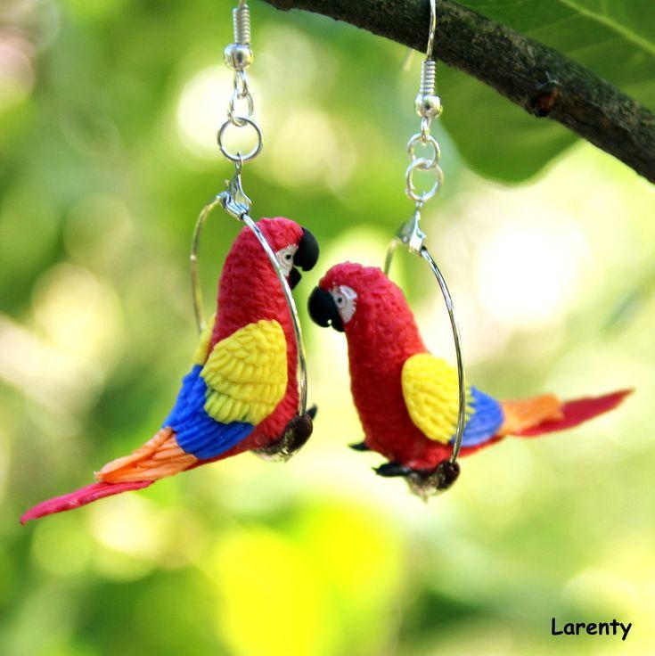 papoušek Ara barevný 2 - naušnice Pro milovníky ptáku, papouščí naušnice, které se na uších neustále protáčí, což dodá na zajímavosti. Jsou nepřehlédnutelné a určitě extravagantní. ! Nevhodná velikst pro děti, pro ně jsou vhodné papouščí miminka!  Velikost kola:3 cm Velikost papouška (délka): 2,5 cm Velikost papuška (výška): 2,5