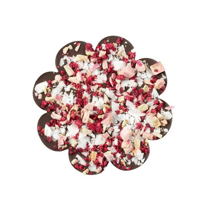 CZEKOLADA GORZKA Z RABARBAREM Do przepysznej gorzkiej tabliczki czekolady w kształcie kwiatka dołożyliśmy orzeźwiający rabarbar, suszone maliny i chrupiące chipsy kokosowe.