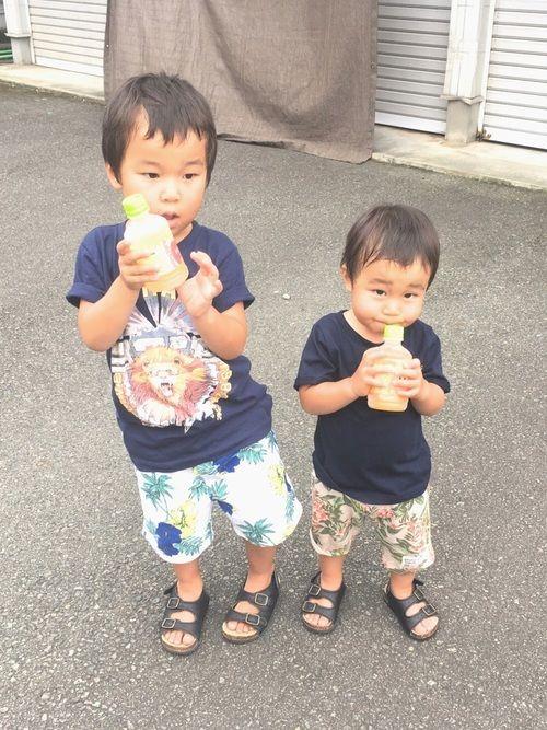 りんごジュース派のお兄ちゃんと オレンジジュース派の次男坊 ちなみにママはぶどうジュース派です