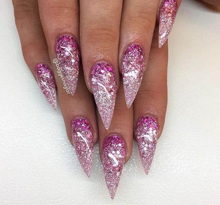 Rosa Ombré-Glitter-Stilettnägel, die mit einem anderen C – Nails
