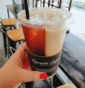 カフェが数多くあるので有名な韓国♡そこで新しくて面白いドリンクを見つけちゃいました!それがこちら→「Coffee ZIP」というお店のハーフ&ハーフドリンク♪左はアメリカーノ、右はバニララテが入っており2つ合わせてアメラテや半々という意味で반반커피とも言われています♡