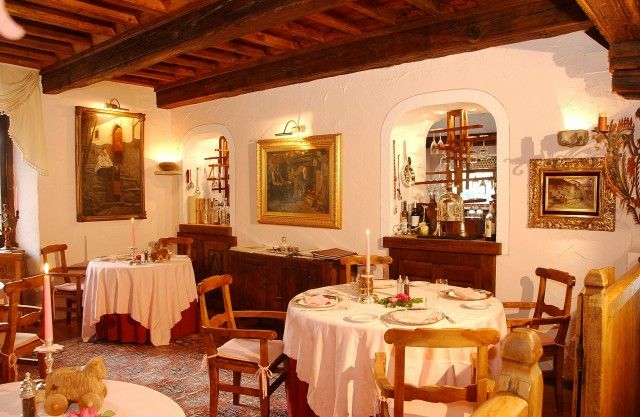 Le Petit Restaurant de l'Hotel Bellevue, Cogne (Aosta) Cucina stellata (1 stella Michelin) e atmosfera super romantica: ci sono solo 4 tavoli, tra dipinti paesaggistici, sculture in legno e arredi dell'Ottocento. Info: www.hotelbellevue.it