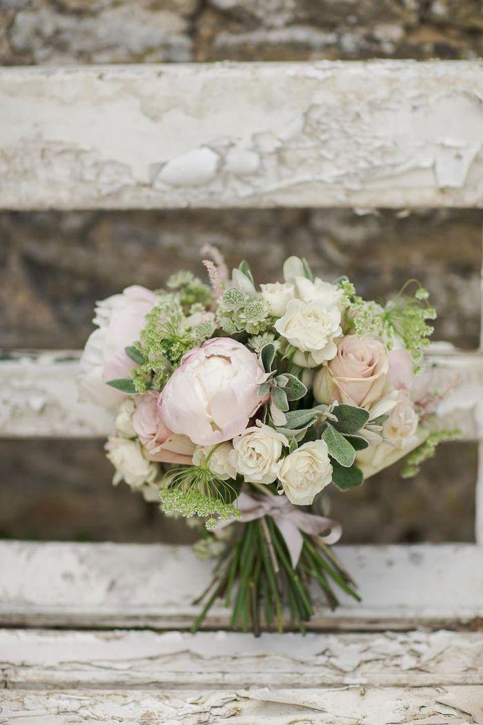 rosa und weiße Blumen mit grünem Akzent Brautstraußsommer auf einem Vintagen   – hochzeitskleider