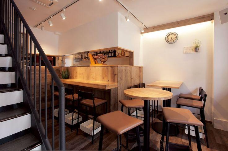 1Fはテーブルにタモ材を採用し、円卓を各所に配することにより空間に丸みを持たせた。店階段の手すりは既存の上にアイアン塗装を施し、重厚感と統一感を意図した。