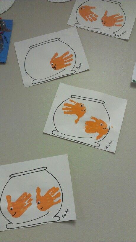 je tekent op voorhand een vissen kom en laat de kindjes hun handen in oranje verf doppen. daarna laat je de kinderen hun handen op het papier zetten. later als de verf droog is kan je er een gezichtje op tekenen