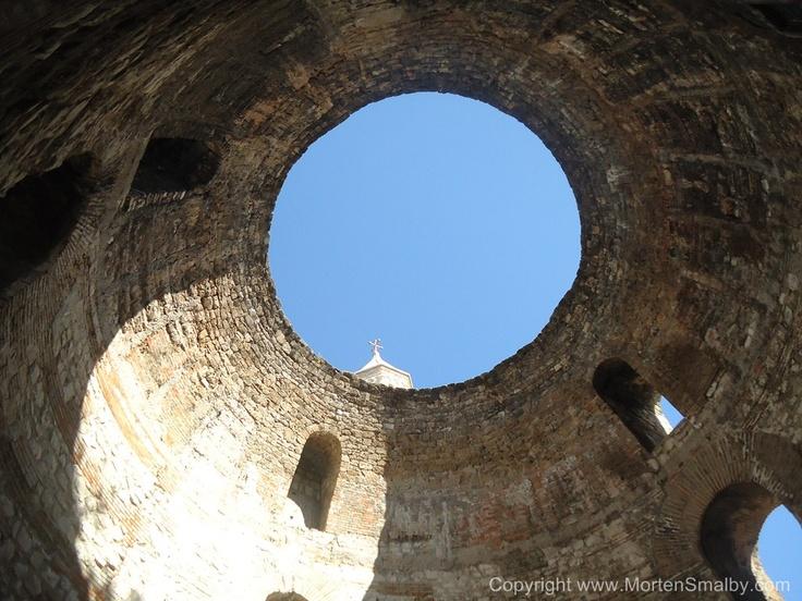 Offene Kuppel in das Diokletian Palast, diese Sehenswürdigkeit findet man direkt neben die Kathedrale Sveti Duje, durch die gute Akustik diese Gebäudes, findet man fast immer ein Klapa Gruppe die hier A Kapella singt