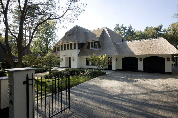 Rietgedekte villa met dubbele garage