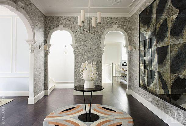 Холл. Ковер Saint Tropez, Greg Natale for Designer Rugs; столик Gloss, Kenzo Maison; обои Malachite, Cole & Son.