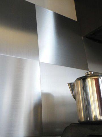 Une crédence en carreaux d'aluminium adhésif