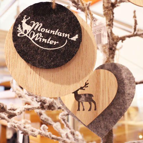 Weihnachtliche Hänge-Deko aus Holz und Filz