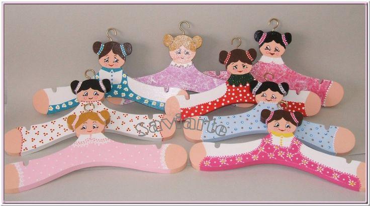 Cruzetas ou cabides para roupa de criança.