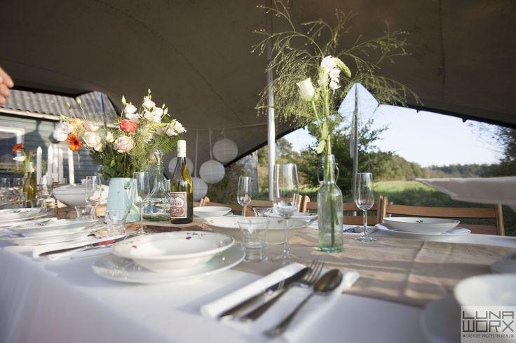 Detail van de mooi gedekte tafel voor de bruiloftsgasten