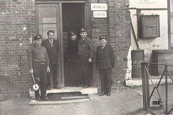 Około 1960 r. Od lewej: W.Orłowski, J. Górka - dyżurni ruchu. Trzciński - kasjer biletowy, M. Buzała - zawiadowca stacji, W. Najbar - warsztaty zabezpieczenia.
