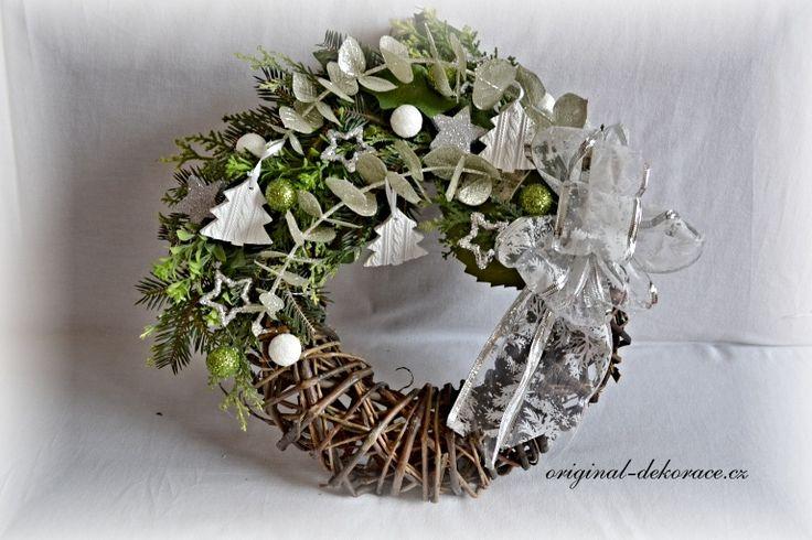 Vánoční věnec na dveře - hnědé proutí - se stromečky