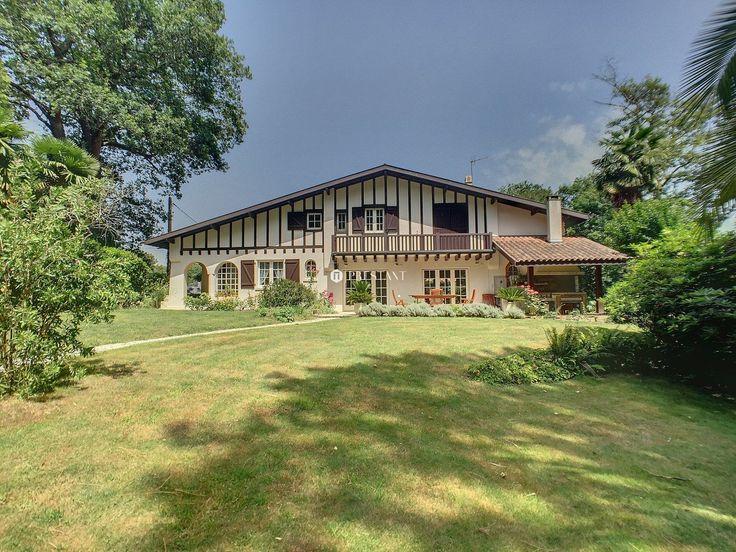 Biarritz située dans le quartier résidentiel du Lac Mouriscot à vendre maison Basque de 1910 positionnée sur un superbe jardin paysagé avec soins et arboré de 1 640 m2. Vaste séjour salle à manger ouvrant sur terrasses. Garage indépendant. Terrain piscinable. Un havre de paix et prà´che de tout.