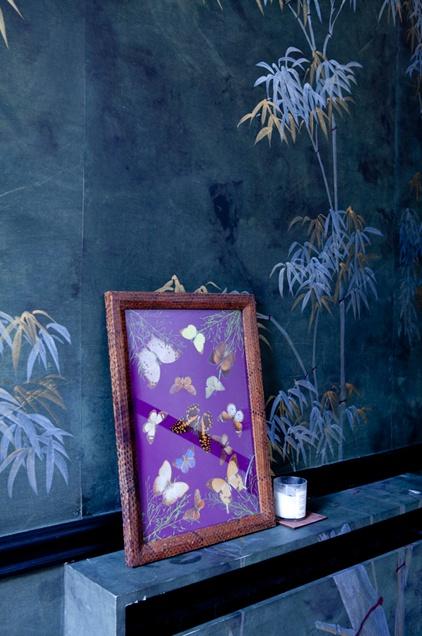 Chez Gabriella Cortese  Peint à la main sur soie, ce papier peint de Gournay a été customisé par son amie la décoratrice Michela Curetti