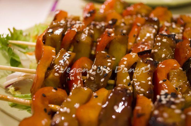 Spiedini di seitan e peperoni con salsa yakitori e sesamo
