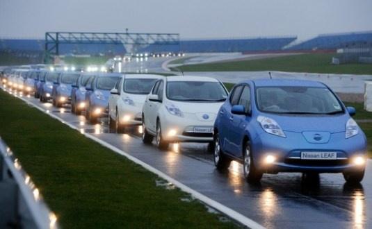 Maior desfile de carros elétricos do mundo reúne 225 Nissan Leaf