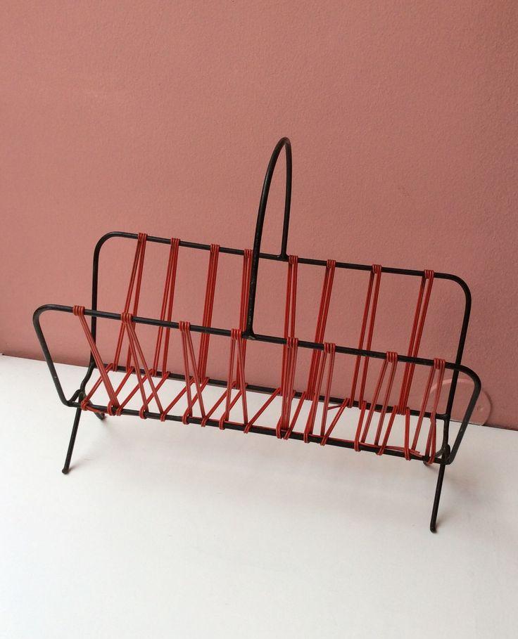 lehtiteline 60 luvulta . musta metallirunko ja punaista muovinarua . korkeus 40.5cm . leveys 44cm . syvyys 19cm . #kooPernu