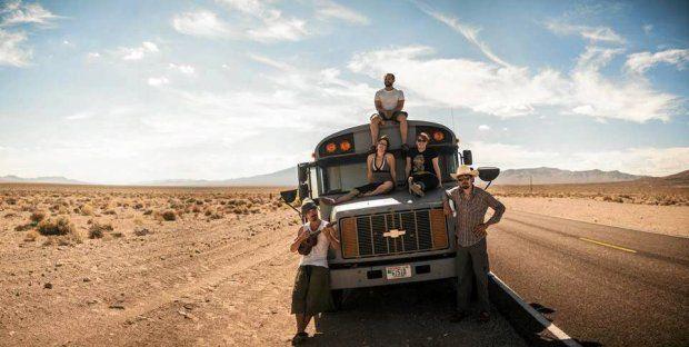 Podróżnicza przygoda. Wyremontowali stary autobus i wyruszyli w drogę. ''Jechaliśmy wolno, bocznymi drogami. Dzięki temu zobaczyliśmy Amerykę, która odchodzi w zapomnienie. Ludzi, którzy mają inną mentalność. Miasteczka widma opuszczone przez kraj, który cały czas pędzi do przodu''.
